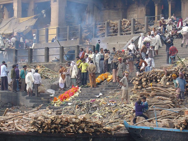 bodies waiting for Cremation Burning Ghats by CC user amanderson on Flickr