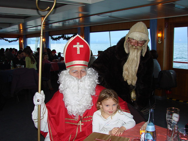 Nikolaus and Knecht Ruprecht in a picture with a little girl.