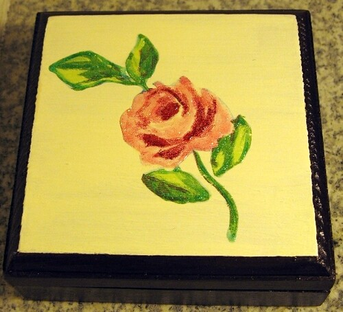 Caixa com flor vintage - box with a vintage flower (up side view)