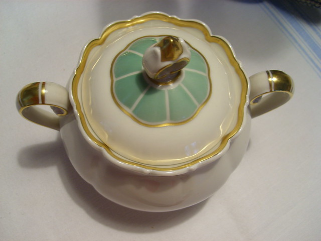 Thrift Girl strikes sugar again: Sugar bowl with a lid - Photo copyright by Hanna Andersson, Sweden #loppislycka