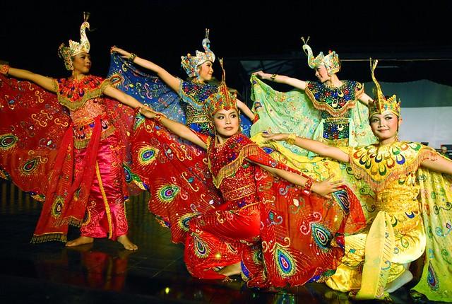 Tart Topeng, merupakan sebuah tari tradisional Betawi dalam menyambut