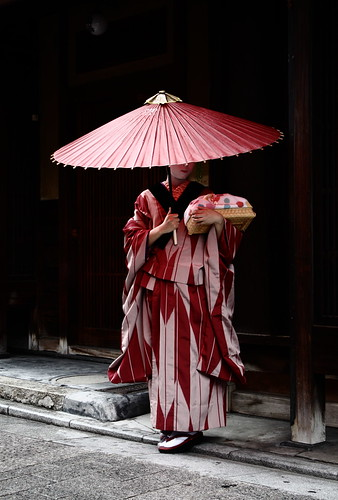travel / culture / umbrella / kyoto / geisha