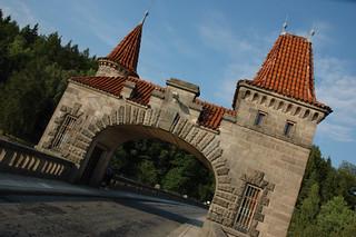 Imagen de Přehrada Les Království cerca de Nemojov. bridge blue roof red sky brown brick tower les bars gate arch dam fancy kralovstvi