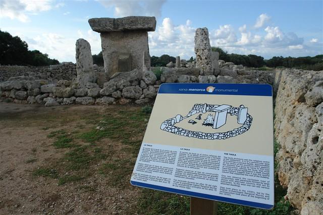 El recinto arqueológico se encontraba originalmente amurallado, hoy en día se conservan diferentes restos del antiguo asentamiento, como algunos fragmentos de muralla, el recinto de la taula, dos talayots y los restos de algunas viviendas. Menorca, isla de misterios arqueológicos - 2906810139 a5268d1def z - Menorca, isla de misterios arqueológicos