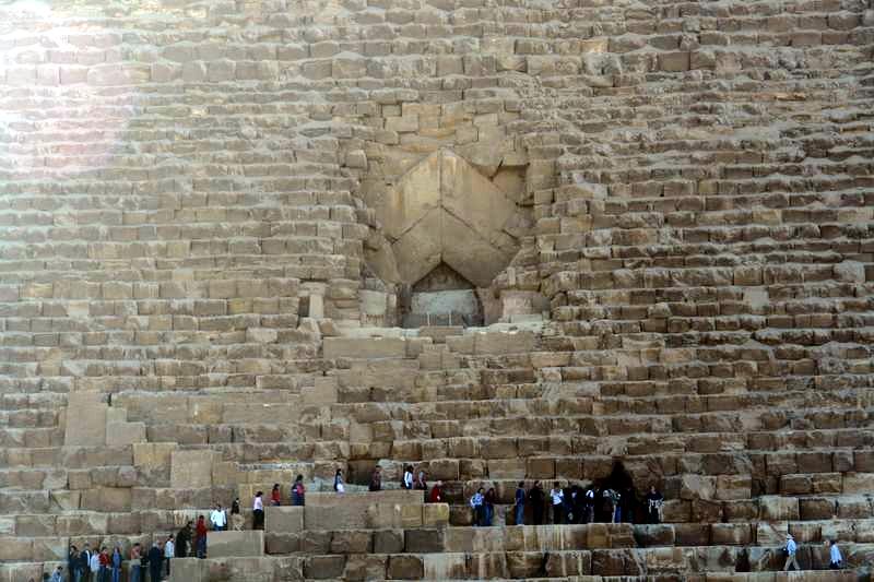 Entrada actual bajo la entrada principal de la pirámide keops, en el interior de la gran pirámide - 2474575134 c88d380bee o - Keops, en el interior de la Gran Pirámide
