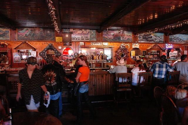 El Mine Shaft Tavern es uno de los lugares más populares de moteros en los Estados Unidos de América. Madrid, la renacida ciudad fantasma - 2527777617 7483019fd6 z - Madrid, la renacida ciudad fantasma