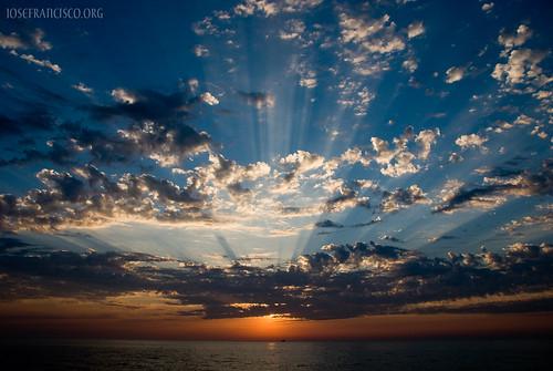 morning sky usa cloud chicago mañana clouds sunrise illinois nikon unitedstatesofamerica lakemichigan explore amanecer cielo nubes nikkor nube crepuscularrays adlerplanetarium salidadelsol d80 creativeimagery 18135mmf3556g anawesomeshot nikonpassion rayoscrepusculares chicagonikonians