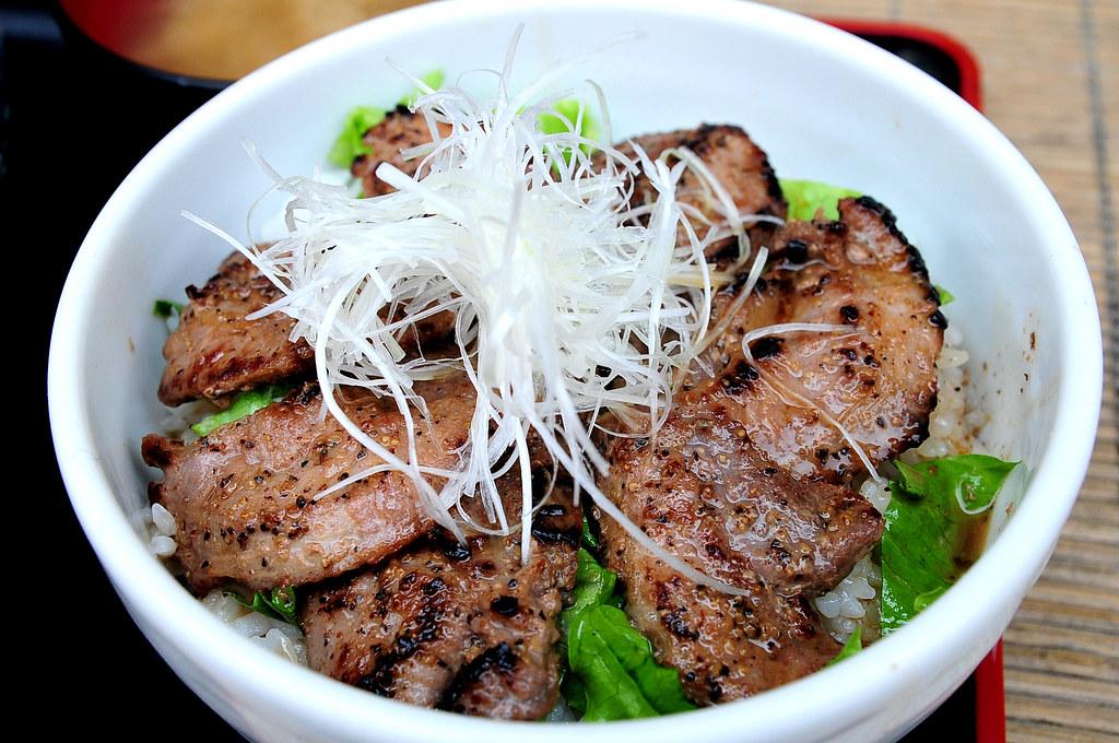 築地どんぶり市場-鮪魚牛排丼 まぐろホホ肉ステーキ丼 (1000)