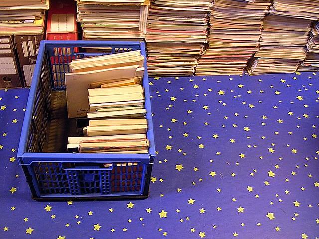 Piles de livres et casier avec des livres sur fond bleu aux étoiles jaunes