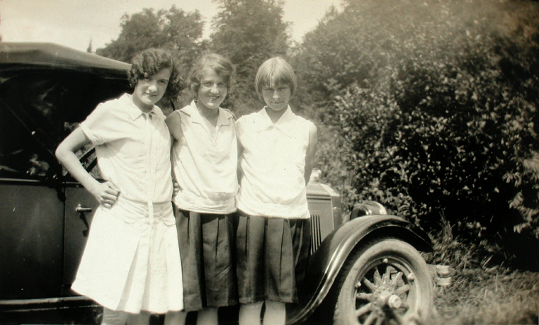 Marjorie, May and Ivy beside car, Weir, QC, 1928