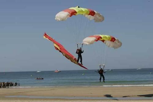 Salto paracaidista de la PAPEA durante la recreación Histórica en Benidorm (Alicante)