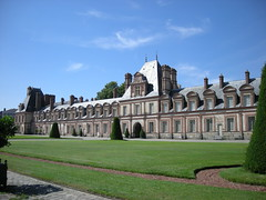 Situé au cœur d'un massif forestier de dix-sept mille hectares, le château de Fontainebleau a été l'un des séjours privilégiés des souverains qui ont régné sur la France. Les plaisirs de la chasse en ont fait une résidence régulièrement fréquentée, et que tous ses occupants ont eu à cœur d'améliorer par des constructions ou des décors nouveaux. Il en résulte cette multiplication actuelle de cours et de bâtiments en même temps qu'un riche panorama de styles architecturaux et décoratifs.  Sans connaître exactement la date de sa fondation, on sait qu'au XIIe siècle existait déjà un château fort, dont il ne reste plus que le donjon dans la cour Ovale. C'est là que l'on peut situer l'ancienne chambre du roi qui eut comme hôtes notamment Philippe-Auguste (1165 - 1223), saint Louis (1214 - 1270) et Philippe Le Bel (1268 - 1314) qui y mourut. Saint Louis aimait particulièrement Fontainebleau (' ses déserts ' comme il appelait ces lieux) et y avait installé en 1259 un couvent-hôpital confié à l'ordre des Trinitaires.  Mais c'est à l'époque de la Renaissance que le château connut ses transformations les plus spectaculaires. François Ier (1494 - 1547) s'éprit du site à cause de la forêt où il pouvait selon ses propres termes s'adonner ' au déduit de la chasse des bêtes noires et rousses '. Il aimait tant Fontainebleau que lorsqu'il s'y rendait il disait ' qu'il allait chez lui '. Il entreprit à partir de 1528 la reconstruction et la rénovation du château. Conservant le donjon du Moyen Âge, il fit bâtir d'une part la porte Dorée, la salle de Bal et la chapelle Saint-Saturnin (sur la cour Ovale) et d'autre part des bâtiments délimitant l'actuelle cour du Cheval blanc sur un terrain racheté aux Trinitaires ; et la galerie dite de François Ier pour relier les deux ensembles. Son fils Henri II (1519 - 1559) puis Catherine de Médicis (1519 - 1589), l'épouse de ce dernier, poursuivirent son oeuvre et ajoutèrent d'autres bâtiments dans la cour de la Fontaine. Pour décorer ces nouvelle