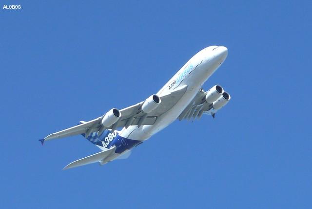 Airbus A380 sobrevolando Santiago de Chile