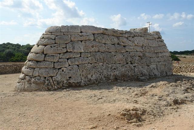 El encajado de las piedras y rocas en la construcción de éstos monumentos roza la perfección ... menorca - 2906844623 347ac1e105 z - Menorca, isla de misterios arqueológicos