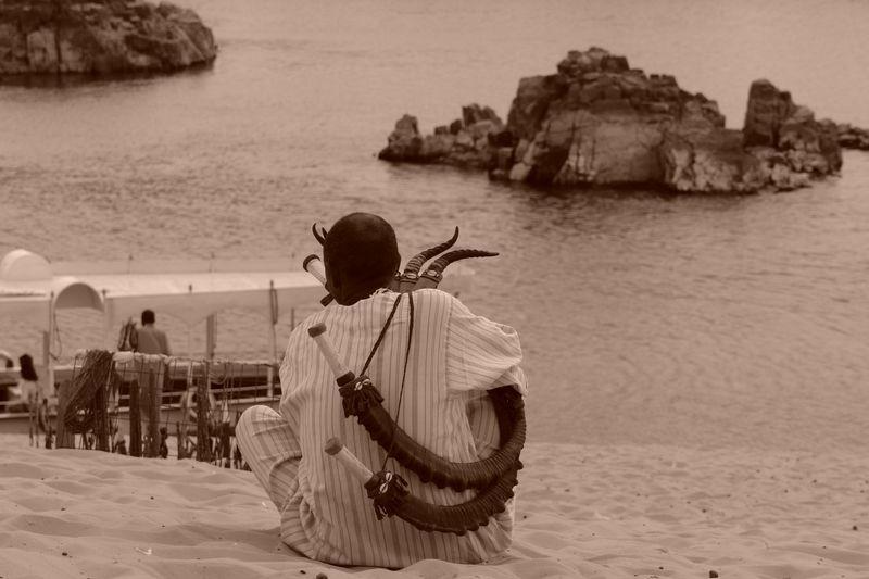 Nubio tocando un instrumento junto al Nilo Templos a la orilla del río Nilo en Egipto - 2473743613 48cb7b5384 o - Templos a la orilla del río Nilo en Egipto