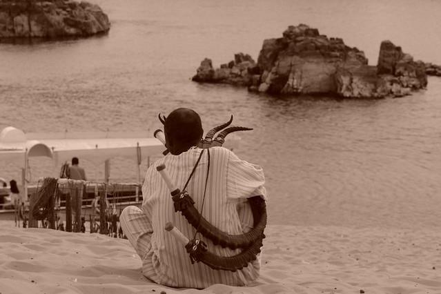Los Nubios son músicos por naturaleza y tienen en sentido del ritmo muy arraigado en su cultura, además hay muchos románticos como el señor de la foto que pasan el tiempo tocando de cara al rio Nilo. pueblo nubio de aswan - 2473743613 720fcb03fc z - Pueblo Nubio de Aswan, Restos de aquella antigua cultura