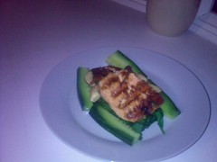salmon fillet with spinach and cucumber