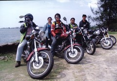 auto race(0.0), racing(0.0), motorcycle racing(0.0), stunt performer(0.0), automobile(1.0), vehicle(1.0), motorcycle(1.0), chopper(1.0), motorcycling(1.0),