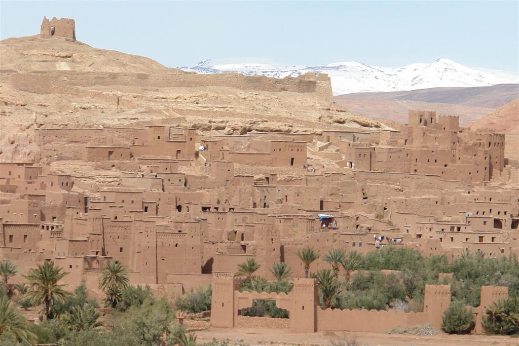 Vista de Ait Benhaddou desde la Colina, con la cordillera del Atlas al fondo