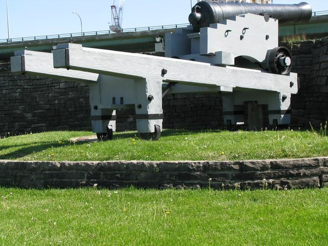 Fort York 22 - British - Iron 32 Pounder Cannon on Barbette Carriage