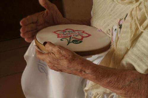 abuela bordando :)