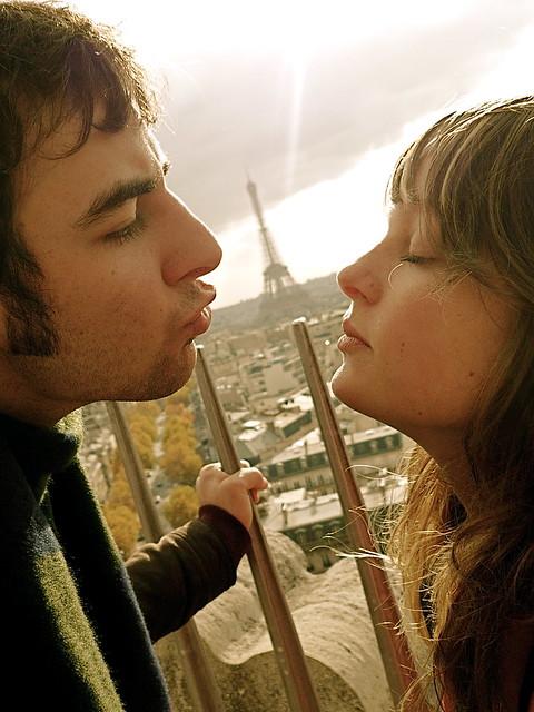 kissing paris
