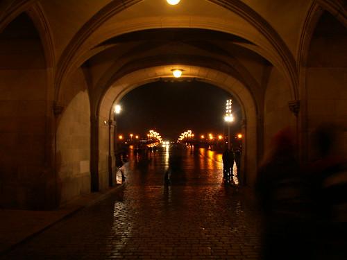 Georgentor am Schlossplatz in gedämpftem Licht ohne Magenprobleme 238