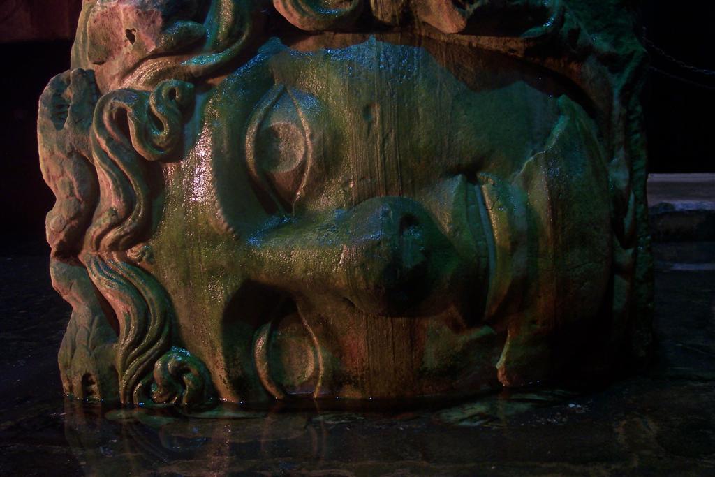 Impresionante Cabeza de Medusa en uno de los pilares de la Cisterna cisterna de estambul - 2527688098 bbb81995c3 o - Basílica de la Cisterna de Estambul