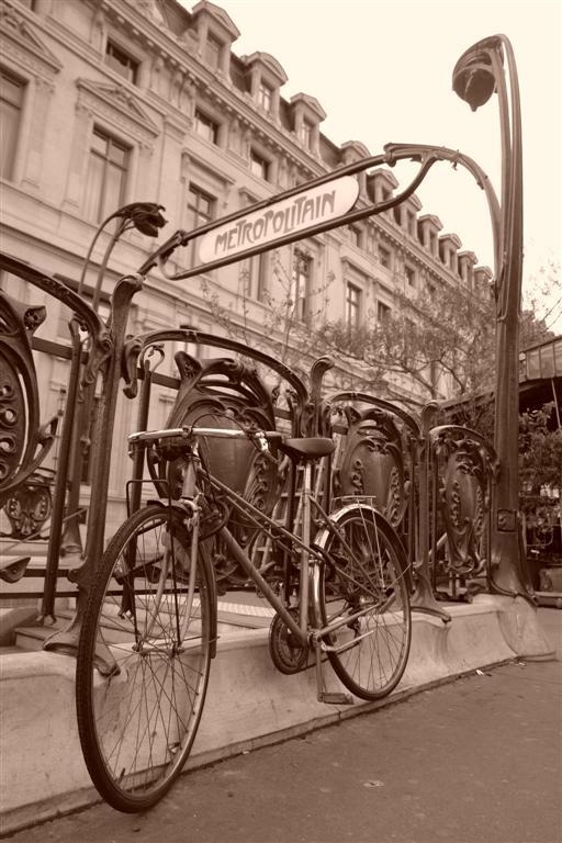 Bicicleta junto a una entrada del metro parís - 2669342512 b7d2293fd1 o - Cosas que NO debes hacer en París como turista