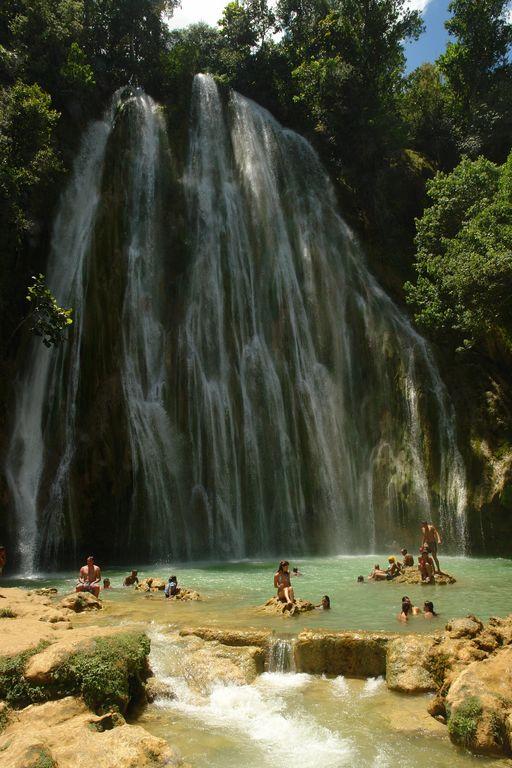 Gente disfrutando de un baño Samaná, una península en el Paraíso - 2527514874 201fd178a9 o - Samaná, una península en el Paraíso