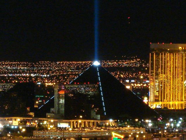 ラスベカスでエジプト体験!?スフィンクスに守護されるカジノホテル「ルクソール・ホテル」