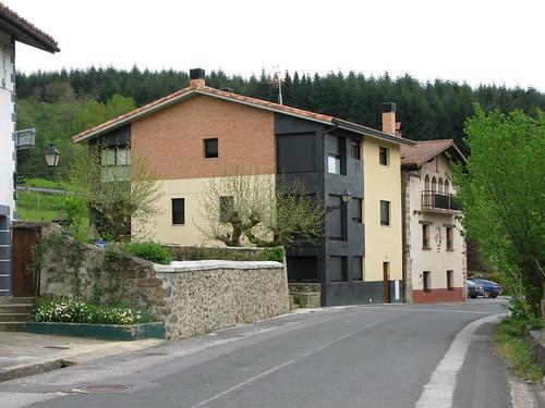 Al fondo, Aduana de Arbitrios entre Araba y Bizkaia, junto a nueva casa al lado de la fuente de hierro