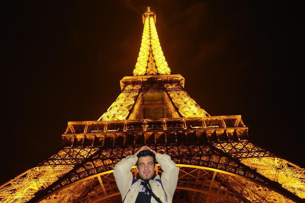 Bajo la impresionante Torre Eiffel de París parís - 2669316976 2358c4654b o - Cosas que NO debes hacer en París como turista