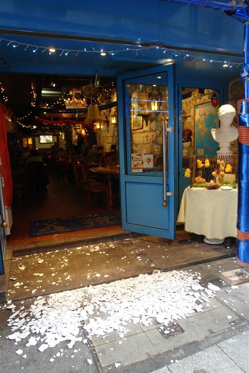 Platos rotos en el exterior de un restaurante griego un paseo por el parisino latin quarter - 2668490407 bcce673b65 o - Un paseo por el parisino Latin Quarter
