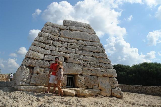 La construcción tiene unos 3.000 años de antigüedad y se utilizaba como monumento funerario colectivo. menorca - 2906845981 58486bd680 z - Menorca, isla de misterios arqueológicos