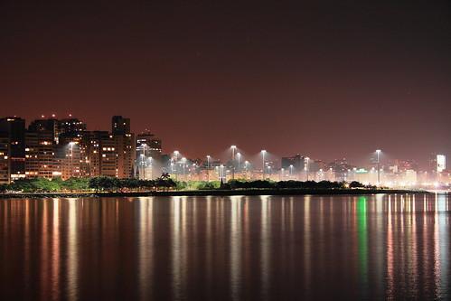 Postes iluminados  do Aterro fotografados apartir da Murada da Urca - Rio de Janeiro - Brasil