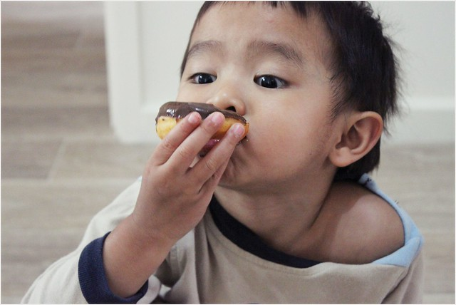 Asyraf Makan doughnut