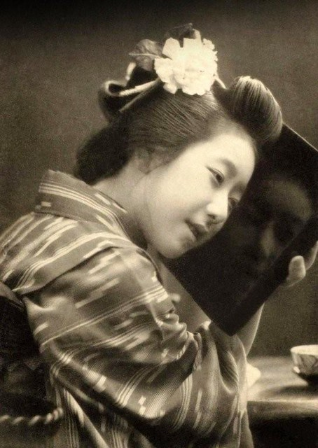 THE GEISHA AND HER GHOST IN A LACQUERED TRAY