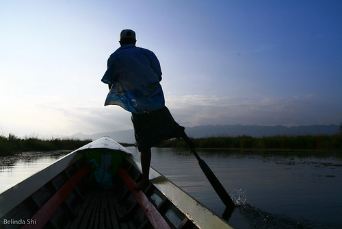 one leg boat rowing technique at Inle Lake