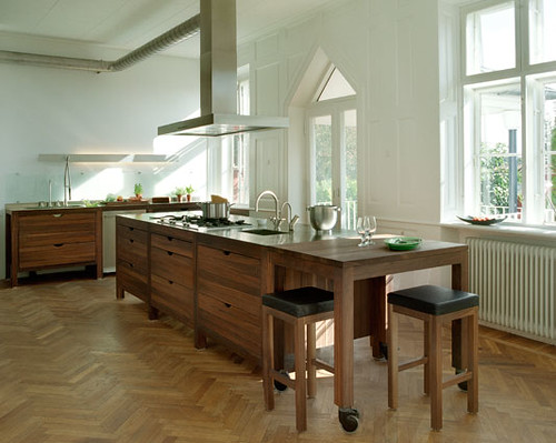 open kitchen island doesn t touch the floor i like the