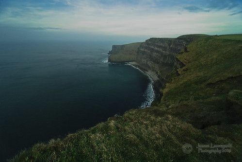 ocean ireland cold geotagged wind tourist cliffs atlantic cliffsofmoher emeraldisle moher attractions janusz leszczynski 3357 geo:lat=5294719 geo:lon=9467125