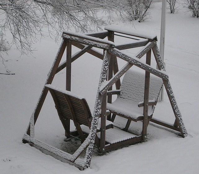Puutarhakeinu talvella