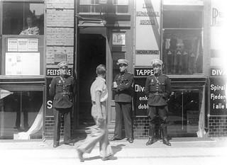 Politibetjente foran ejendommen Griffenfeldtsgade 50 i København