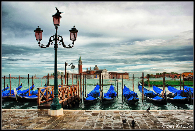 Venecia (Italia). Góndolas en día de lluvia; al fondo, San Giorgio Maggiore.