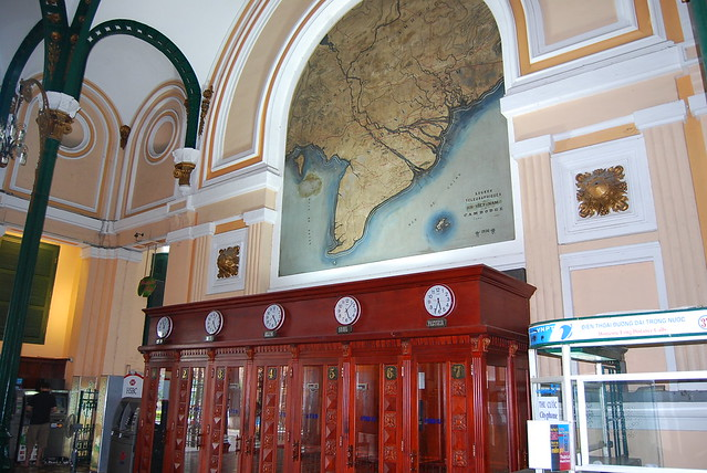Antiguas cabinas y mapas de la oficina central de correos for Oficina central correos madrid