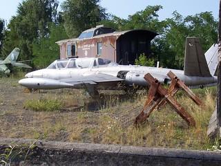 Fouga Magister vor Eisenbahnwaggon