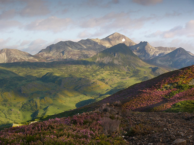 Stunning mountain range near Sena de Luna