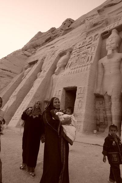 Egipcios en las puertas del templo de la Reina Nefertari Abu Simbel, el templo de las dos vidas - 2474565734 47390f002e o - Abu Simbel, el templo de las dos vidas