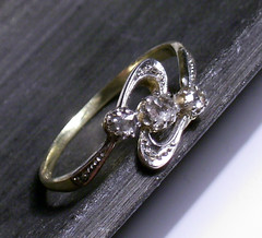 locket(0.0), chain(0.0), pendant(0.0), ring(1.0), metal(1.0), jewellery(1.0), diamond(1.0), silver(1.0), platinum(1.0), wedding ring(1.0),
