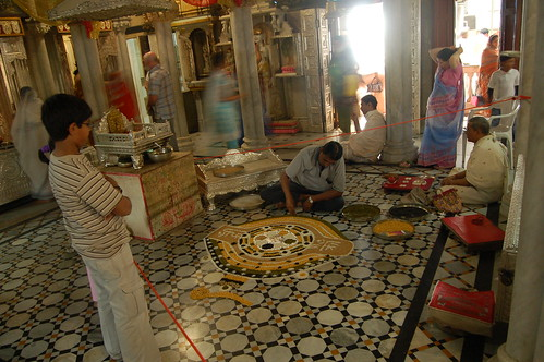 Hier werden Muster aus Reis und Gewürzen auf den Boden gelegt.